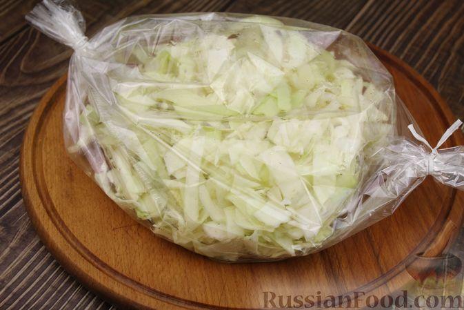 Фото приготовления рецепта: Капуста с луком и чесноком, тушенная в рукаве - шаг №7