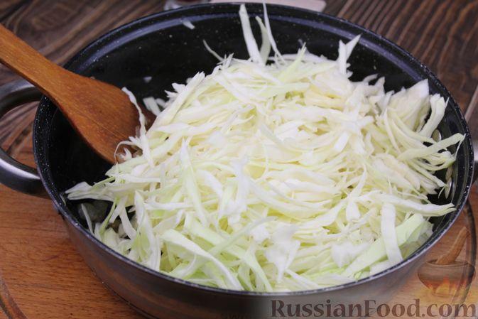 Фото приготовления рецепта: Булгур с куриным филе и капустой - шаг №4