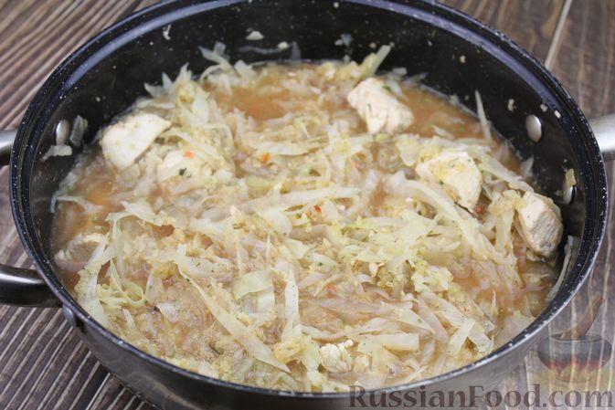 Фото приготовления рецепта: Булгур с куриным филе и капустой - шаг №8