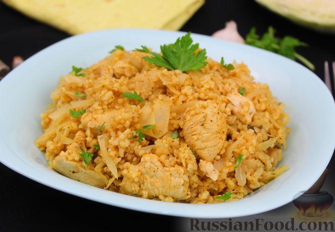 Фото приготовления рецепта: Булгур с куриным филе и капустой - шаг №11