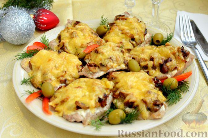Фото к рецепту: Отбивные из свинины с грибами и сыром, в духовке
