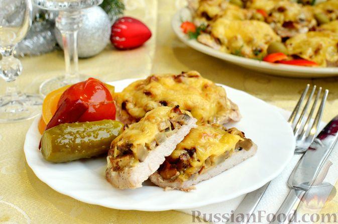 Фото приготовления рецепта: Отбивные из свинины с грибами и сыром, в духовке - шаг №16