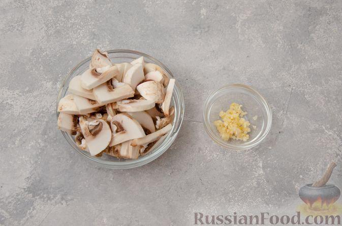 Фото приготовления рецепта: Жареная цветная капуста со стручковой фасолью и грибами - шаг №2