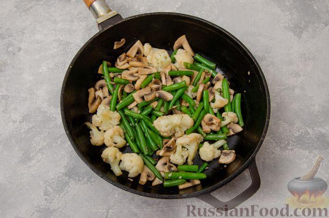 Фото приготовления рецепта: Жареная цветная капуста со стручковой фасолью и грибами - шаг №6