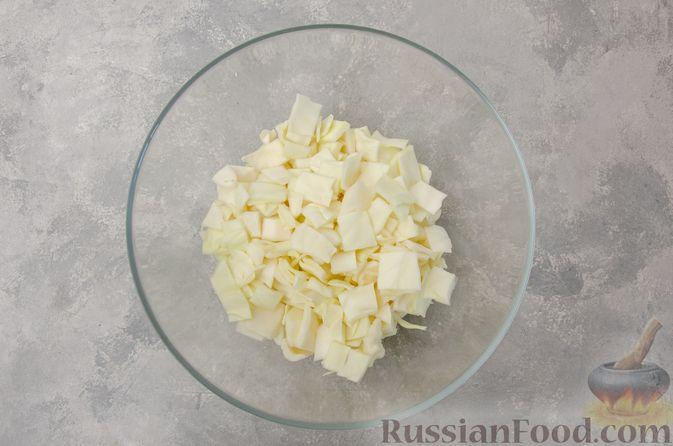 Фото приготовления рецепта: Капуста, тушенная с мясным фаршем и булгуром (на сковороде) - шаг №2