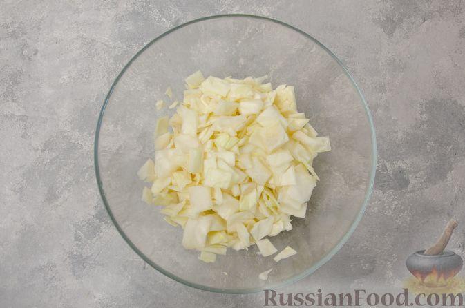 Фото приготовления рецепта: Капуста, тушенная с мясным фаршем и булгуром (на сковороде) - шаг №3