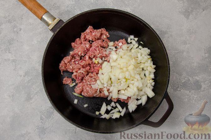 Фото приготовления рецепта: Капуста, тушенная с мясным фаршем и булгуром (на сковороде) - шаг №5