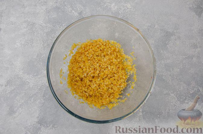 Фото приготовления рецепта: Капуста, тушенная с мясным фаршем и булгуром (на сковороде) - шаг №10