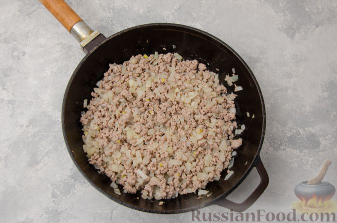Фото приготовления рецепта: Капуста, тушенная с мясным фаршем и булгуром (на сковороде) - шаг №6