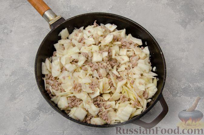 Фото приготовления рецепта: Капуста, тушенная с мясным фаршем и булгуром (на сковороде) - шаг №7