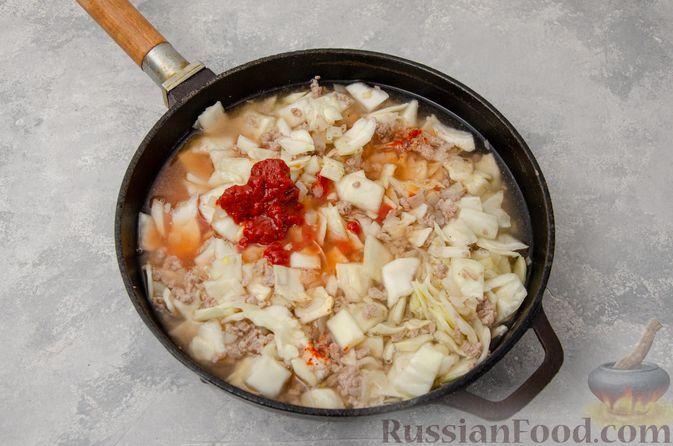 Фото приготовления рецепта: Капуста, тушенная с мясным фаршем и булгуром (на сковороде) - шаг №8