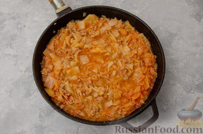 Фото приготовления рецепта: Капуста, тушенная с мясным фаршем и булгуром (на сковороде) - шаг №9
