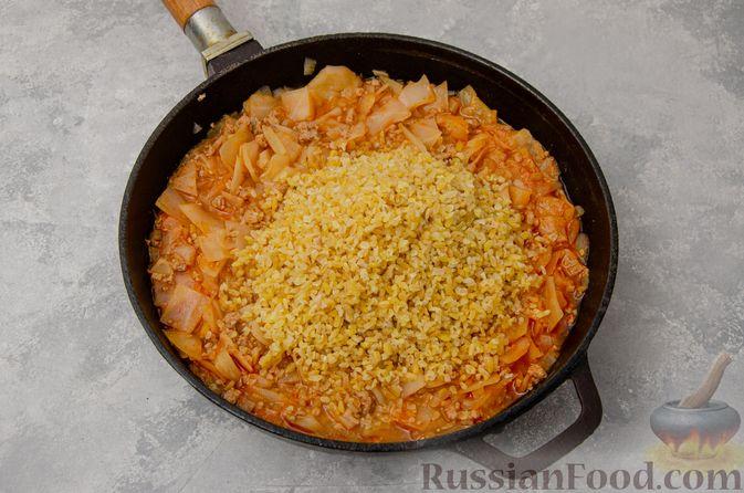 Фото приготовления рецепта: Капуста, тушенная с мясным фаршем и булгуром (на сковороде) - шаг №11