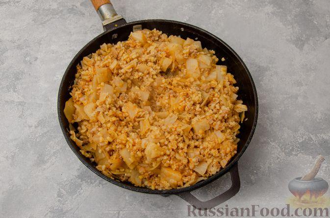 Фото приготовления рецепта: Капуста, тушенная с мясным фаршем и булгуром (на сковороде) - шаг №12