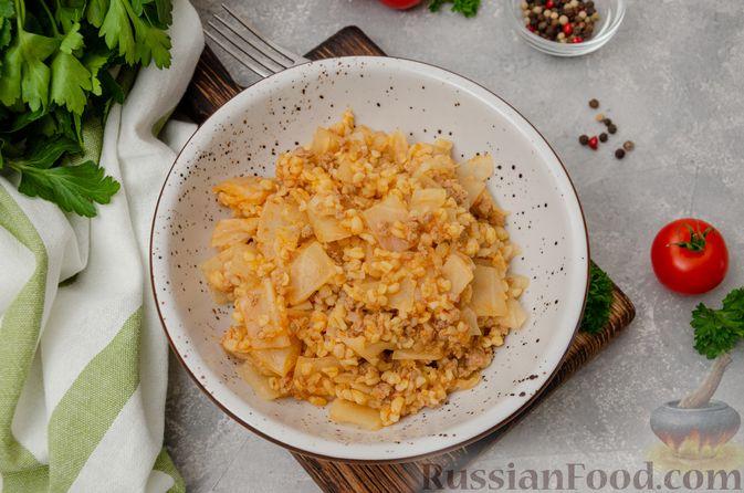 Фото приготовления рецепта: Капуста, тушенная с мясным фаршем и булгуром (на сковороде) - шаг №13