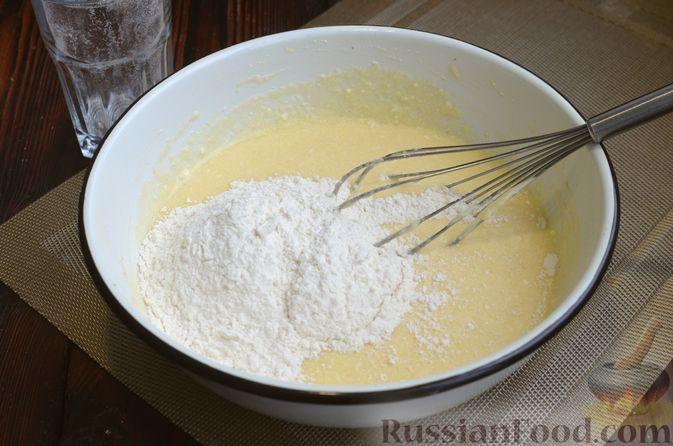 Фото приготовления рецепта: Манник на кефире, с яблоками - шаг №8