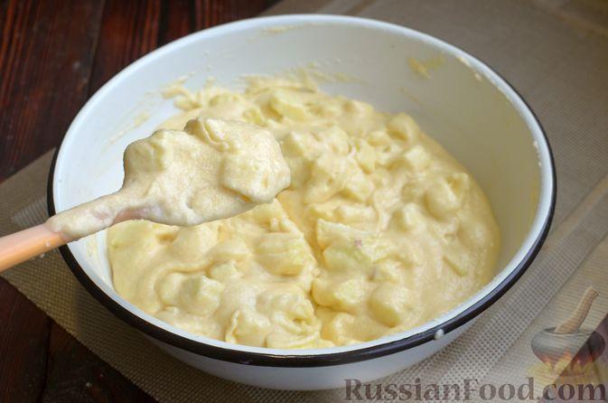 Фото приготовления рецепта: Манник на кефире, с яблоками - шаг №9