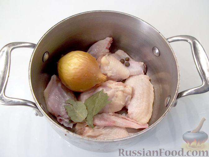 Фото приготовления рецепта: Куриный суп с квасом и вермишелью - шаг №4