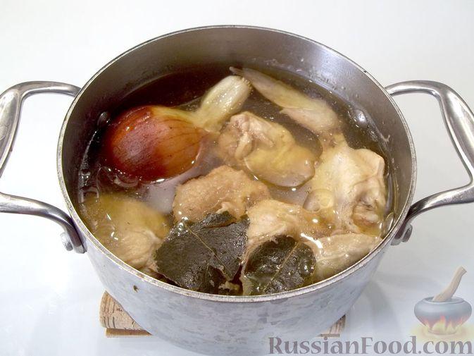 Фото приготовления рецепта: Куриный суп с квасом и вермишелью - шаг №6