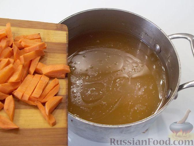 Фото приготовления рецепта: Куриный суп с квасом и вермишелью - шаг №8