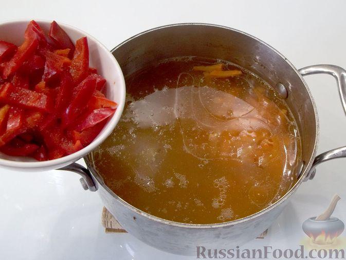 Фото приготовления рецепта: Куриный суп с квасом и вермишелью - шаг №9