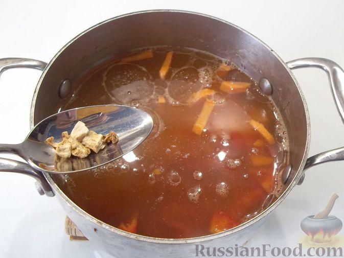 Фото приготовления рецепта: Куриный суп с квасом и вермишелью - шаг №10
