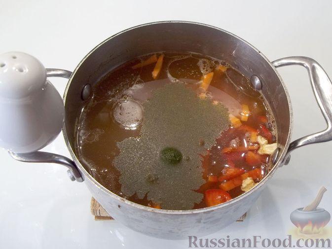 Фото приготовления рецепта: Куриный суп с квасом и вермишелью - шаг №12