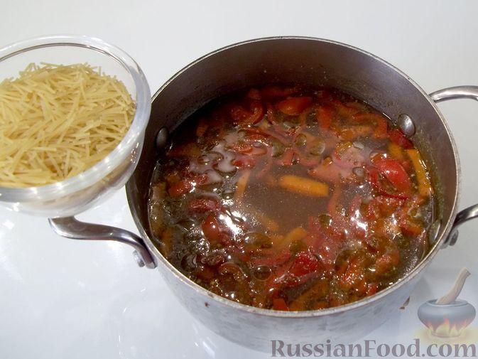 Фото приготовления рецепта: Куриный суп с квасом и вермишелью - шаг №14