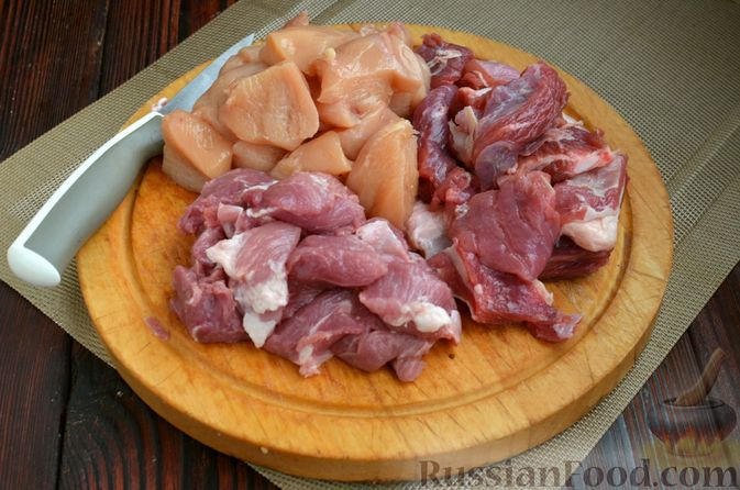 """Фото приготовления рецепта: Густой немецкий суп """"Пихельштайнер"""" из свинины, говядины и курицы - шаг №2"""