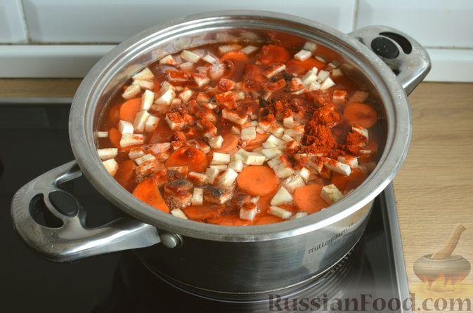 """Фото приготовления рецепта: Густой немецкий суп """"Пихельштайнер"""" из свинины, говядины и курицы - шаг №11"""