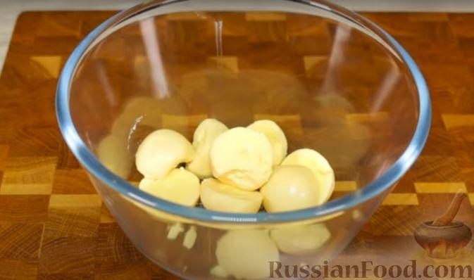 Фото приготовления рецепта: Закуска из розовых фаршированных яиц - шаг №3