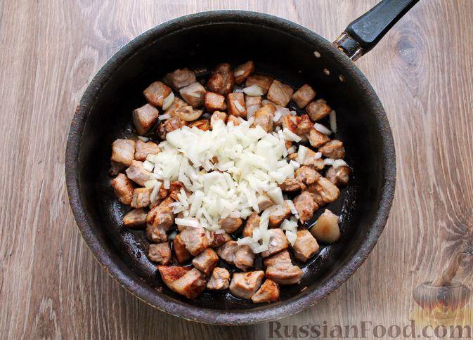 Фото приготовления рецепта: Картошка, тушенная со свининой и капустой - шаг №4