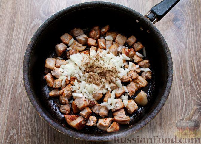 Фото приготовления рецепта: Картошка, тушенная со свининой и капустой - шаг №5