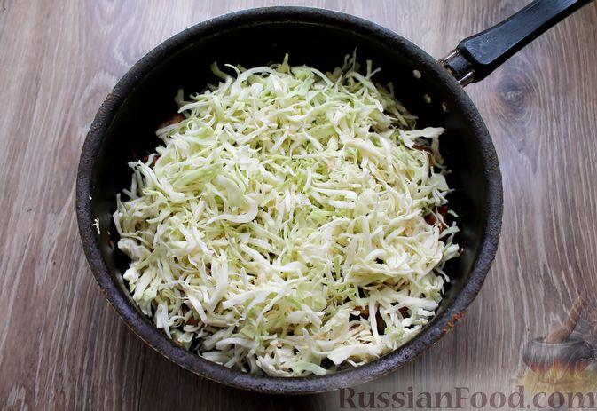 Фото приготовления рецепта: Картошка, тушенная со свининой и капустой - шаг №7