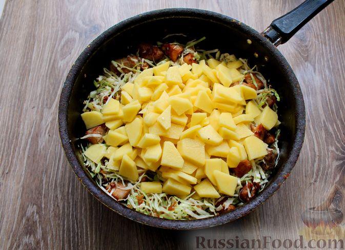 Фото приготовления рецепта: Картошка, тушенная со свининой и капустой - шаг №8