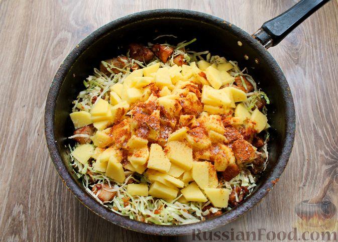 Фото приготовления рецепта: Картошка, тушенная со свининой и капустой - шаг №9