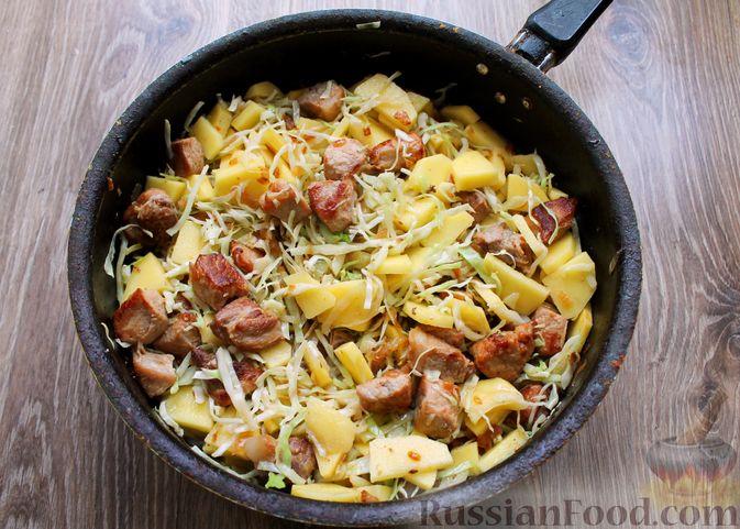 Фото приготовления рецепта: Картошка, тушенная со свининой и капустой - шаг №10