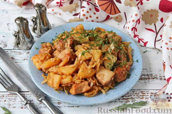 Фото приготовления рецепта: Картошка, тушенная со свининой и капустой - шаг №12
