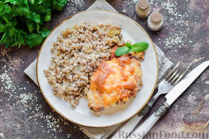 Фото к рецепту: Курица с гречкой, запечённая в сливках