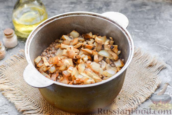 Фото приготовления рецепта: Курица с гречкой, запечённая в сливках - шаг №6
