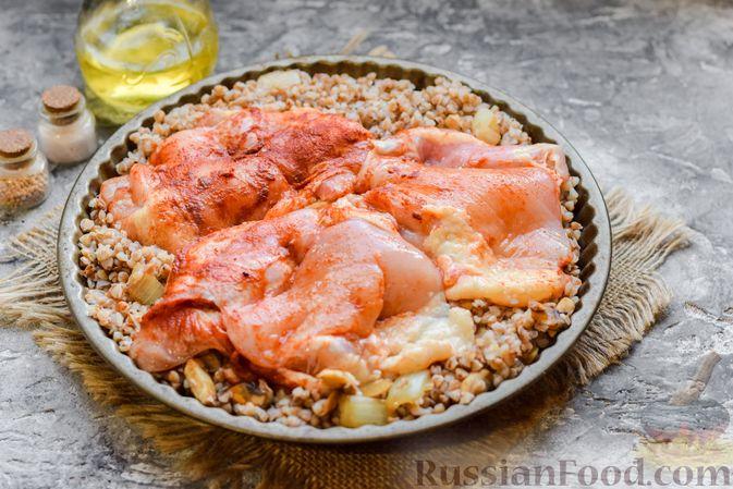 Фото приготовления рецепта: Курица с гречкой, запечённая в сливках - шаг №8