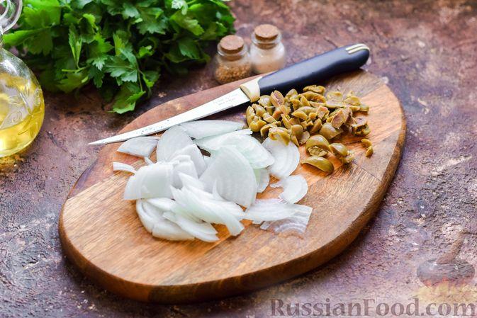 Фото приготовления рецепта: Салат с нутом, оливками и сыром - шаг №4
