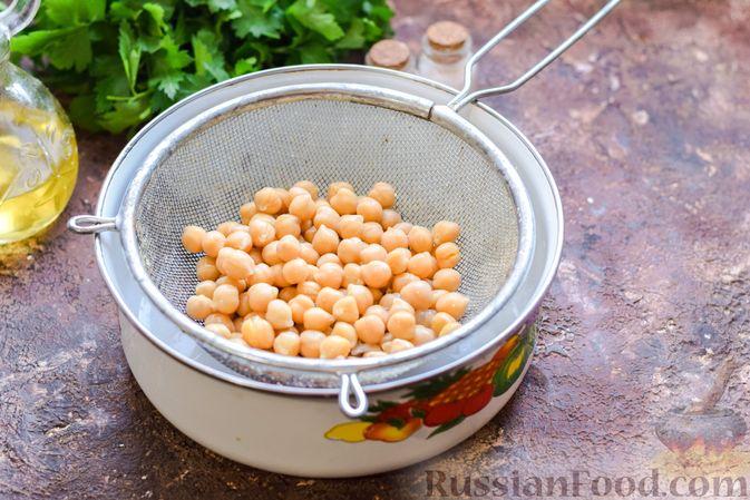 Фото приготовления рецепта: Салат с нутом, оливками и сыром - шаг №6