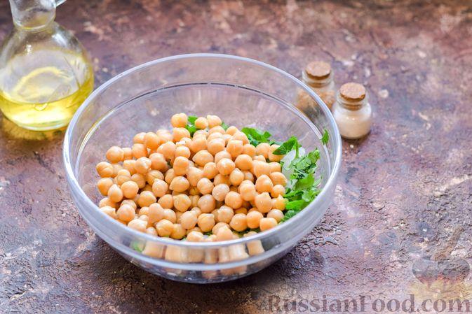 Фото приготовления рецепта: Салат с нутом, оливками и сыром - шаг №7