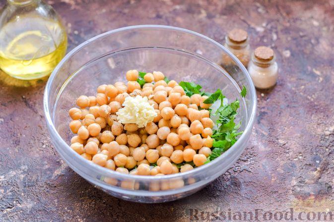 Фото приготовления рецепта: Салат с нутом, оливками и сыром - шаг №8