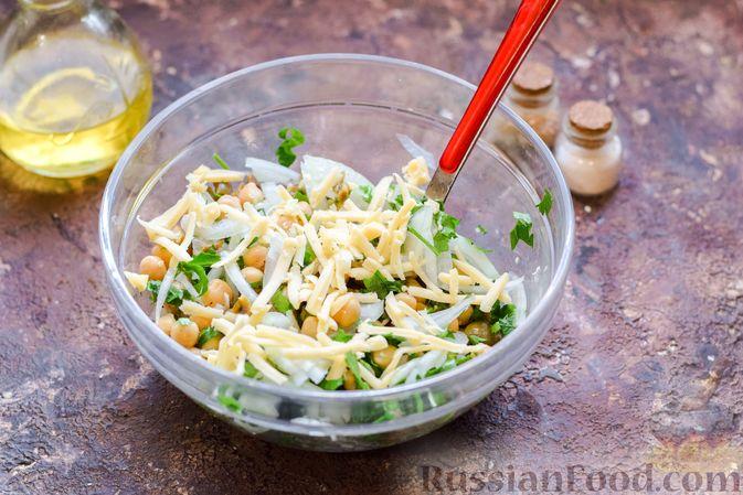 Фото приготовления рецепта: Салат с нутом, оливками и сыром - шаг №10