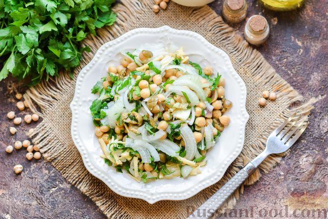 Фото приготовления рецепта: Салат с нутом, оливками и сыром - шаг №11