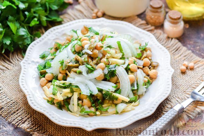 Фото приготовления рецепта: Салат с нутом, оливками и сыром - шаг №12