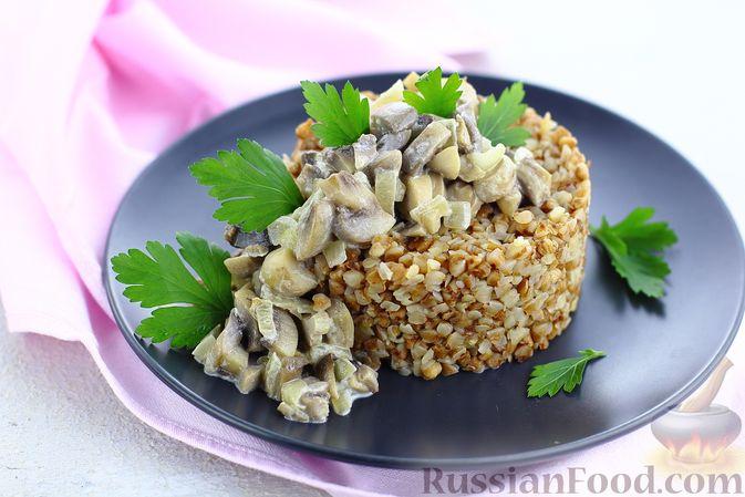 Фото к рецепту: Гречка со сливочно-грибным соусом