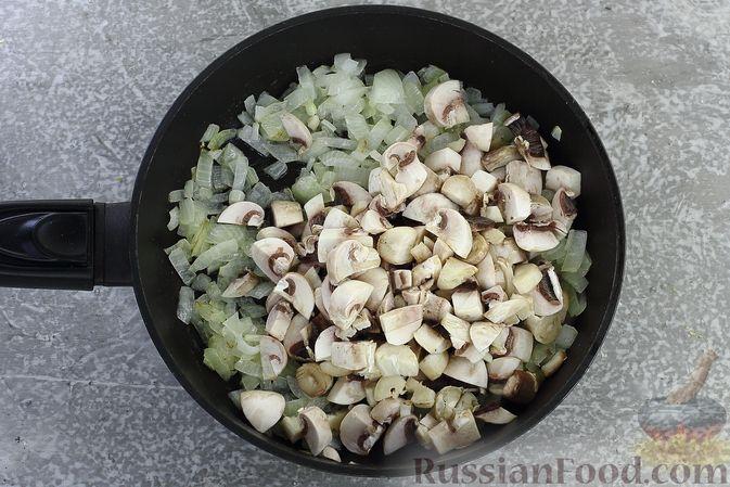 Фото приготовления рецепта: Гречка со сливочно-грибным соусом - шаг №6